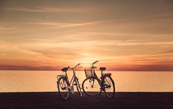 Фото обои небо, трава, облака, закат, велосипед, озеро, горизонт