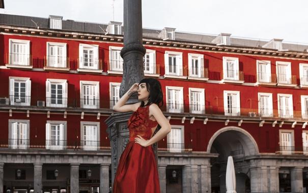 Фото обои девушка, город, стиль, платье, брюнетка, в красном
