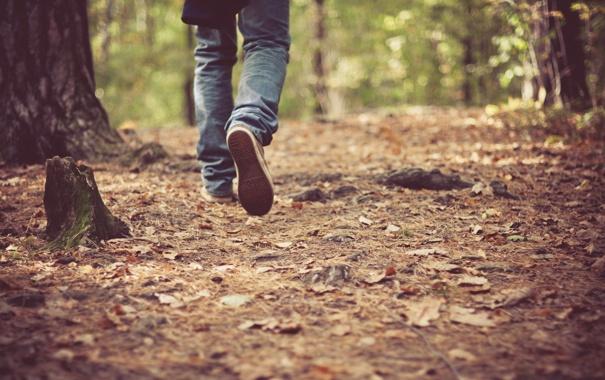 Фото обои осень, листья, ноги, обувь, джинсы