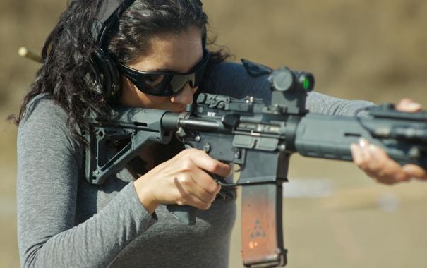 Фото обои woman, rifle assault, fire weapon