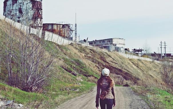 Фото обои трава, девушка, завод, человек, весна, развалины, руины