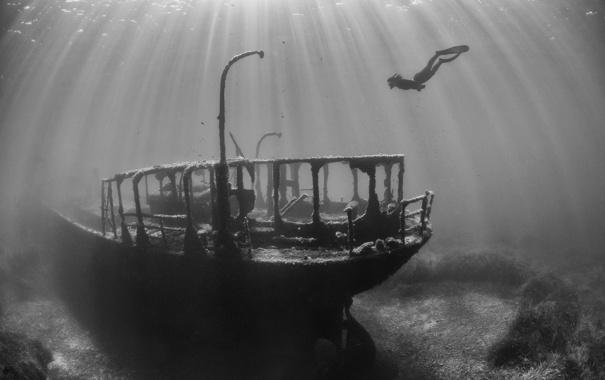 Фото обои фото, океан, человек, корабль, черно-белое, подводный мир, дайвер