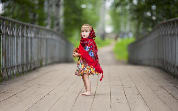 Фото обои мост, клубника, девочка, платок, горшочек