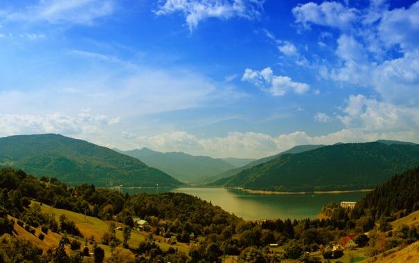 Фото обои зелень, лес, небо, трава, вода, облака, деревья