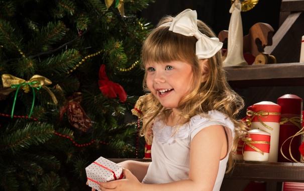 Фото обои улыбка, праздник, коробка, подарок, елка, новый год, девочка
