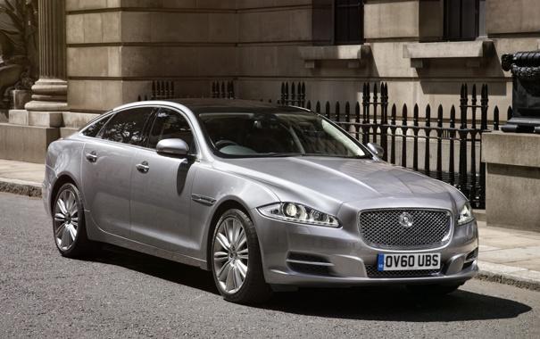 Фото обои серебристый, седан, XJL.Ягуар, передок, здание, Jaguar, улица