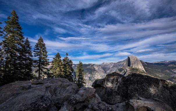 Фото обои небо, облака, деревья, горы, скалы
