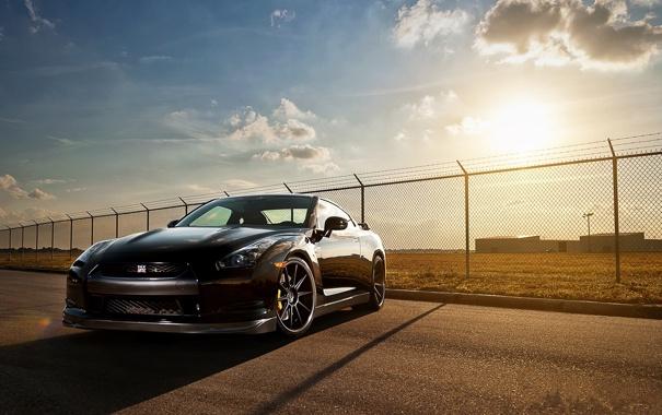 Фото обои солнце, чёрный, ограждение, Nissan, black, вид спереди, ниссан