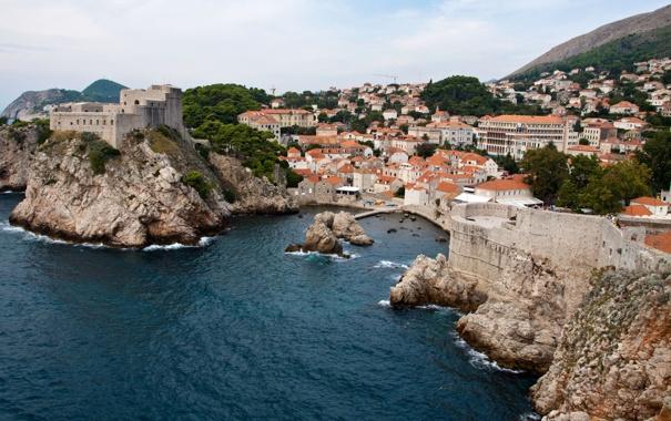 Фото обои море, город, скалы, дома, бухта, причал, крыши