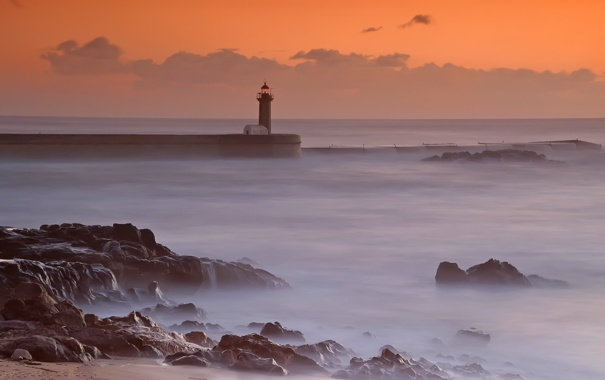 Фото обои закат, облака, бриз, маяк, дымка, волны, берег