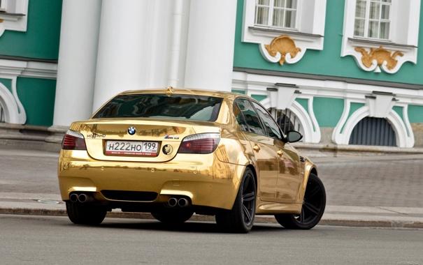 Фото обои машины, золото, красавицы, bmw m5, смотра