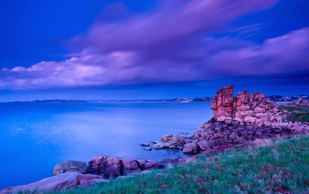 Фото обои облака, трава, небо, дома, скалы, камни, море