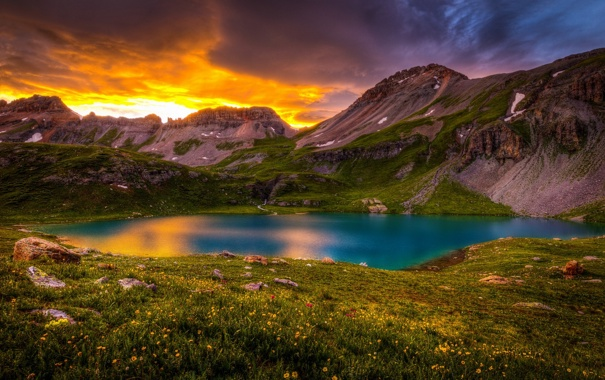 Фото обои облака, пейзаж, цветы, горы, природа, озеро, травка