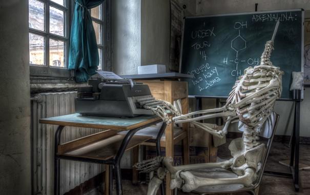 Фото обои комната, ситуация, скелет, доска, пишущая машинка