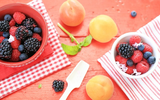 Фото обои ягоды, малина, стол, черника, посуда, фрукты, ежевика