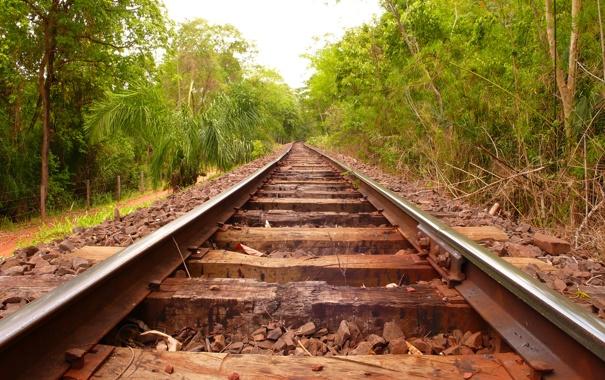 Фото обои зелень, деревья, путь, камни, рельсы, ограждение, железная дорога