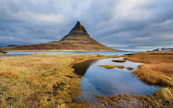 Фото обои небо, трава, облака, озеро, гора, Исландия, Kirkjufell