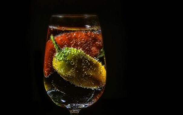 Фото обои вода, пузырьки, фон, бокал, перец