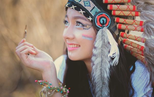 Фото обои лето, девушка, лицо, улыбка, стиль, перья, раскраска