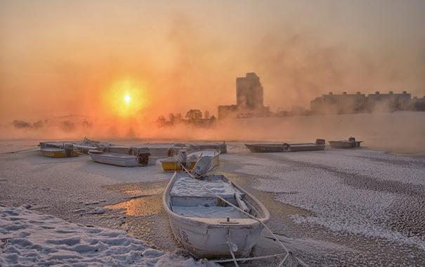 Фото обои зима, закат, город, река, лодки