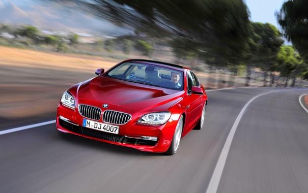 Фото обои Красный, BMW, БМВ, Капот, Водитель, Передок, В Движении