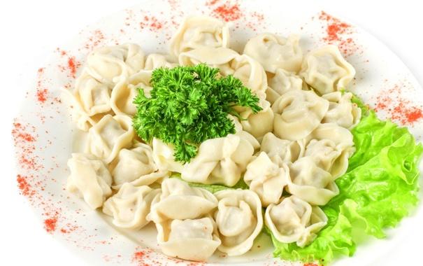 Фото обои зелень, тарелка, салат, пельмени, гарнир, красный перец, meat dumplings