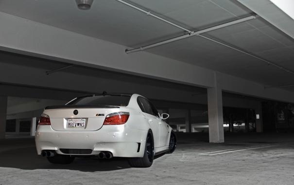 Фото обои белый, разметка, bmw, колонны, парковка, white, вид сзади