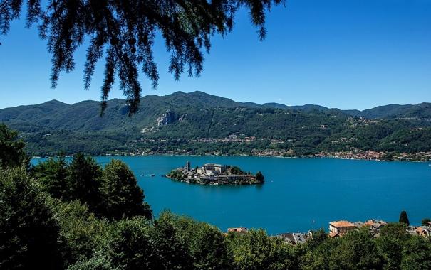Фото обои небо, деревья, горы, город, озеро, остров, дома