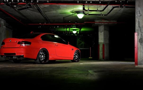 Фото обои красный, бмв, BMW, парковка, red, задняя часть, E90