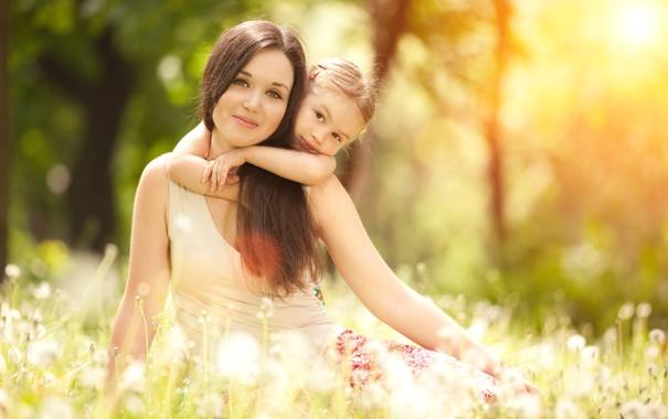 Фото обои солнце, природа, семья, одуванчики, обьятие, счатье, Мама и дочка
