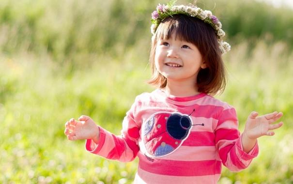 Фото обои поле, трава, цветы, природа, улыбка, божья коровка, ребенок