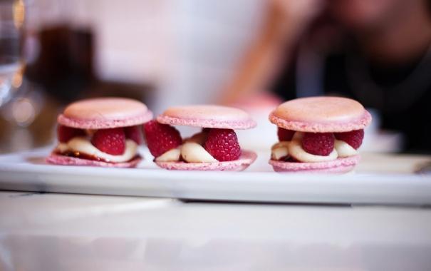Фото обои ягоды, малина, печенье, крем, десерт, пирожные, блюдо