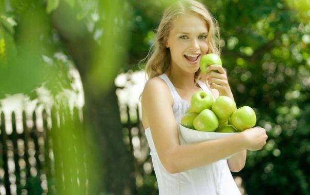 Фото обои лес, трава, девушка, природа, настроения, яблоко, маечка