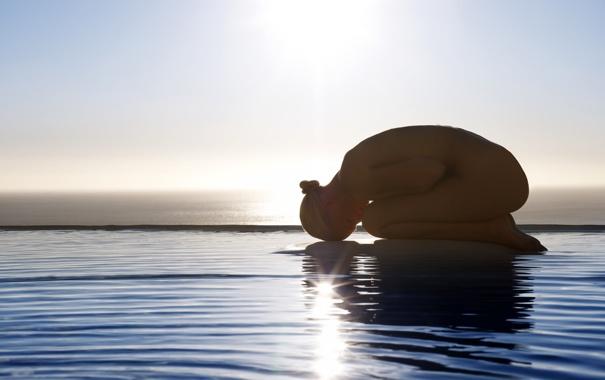 Фото обои вода, девушка, солнце, лучи, поза, обнажённая