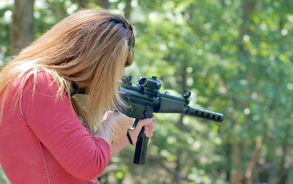 Фото обои девушка, оружие, размытость, стрельбы, гражданский, 9 мм, полуавтоматический карабин