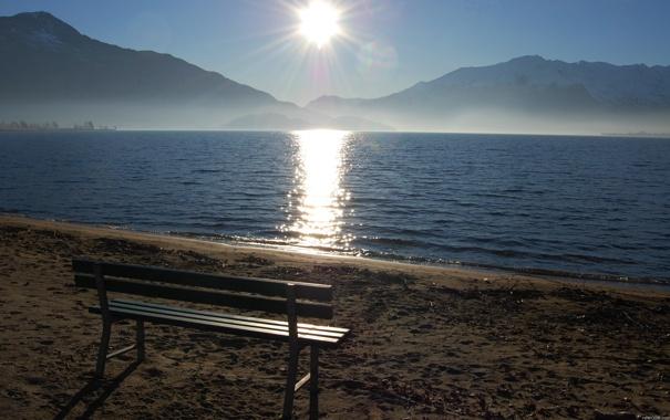 Фото обои песок, небо, солнце, закат, горы, скамейка, озеро