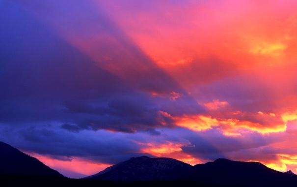Фото обои небо, облака, лучи, закат, горы, цвет, зарево