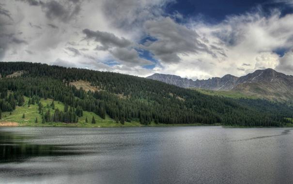 Фото обои лес, небо, горы, чистота, водоём, облачное