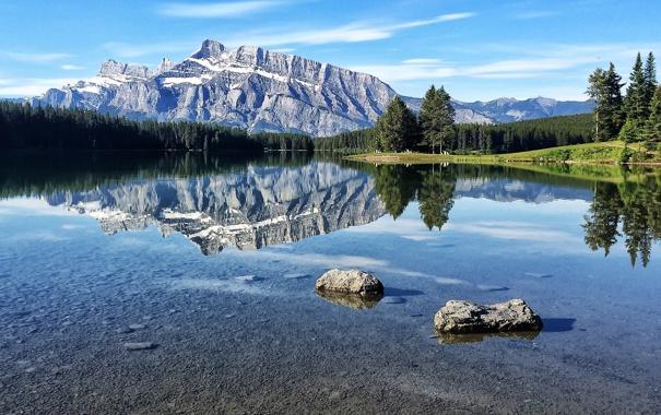 Фото обои лес, небо, деревья, горы, озеро, отражение, камни