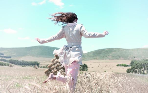 Фото обои поле, лето, девушка, пейзаж, горы, природа, обои