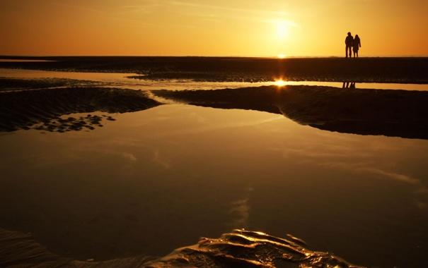 Фото обои песок, море, пляж, вода, девушка, любовь, закат
