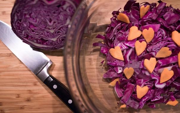 Фото обои нож, сердечки, морковь, капуста, краснокочанная