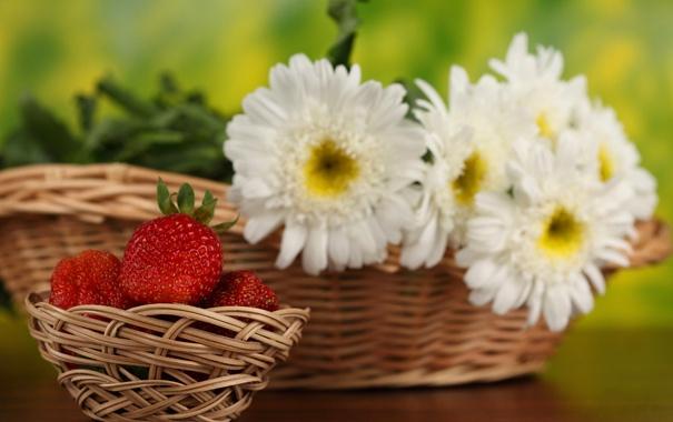 Фото обои цветы, стол, клубника, боке, корзинки
