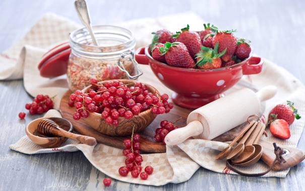 Фото обои ягоды, клубника, мед, красная, смородина, ложки, скалка