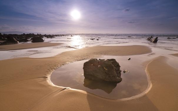 Фото обои песок, море, солнце, камни, берег, Закат