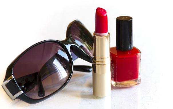 Фото обои лак для ногтей, помада, очки, красный