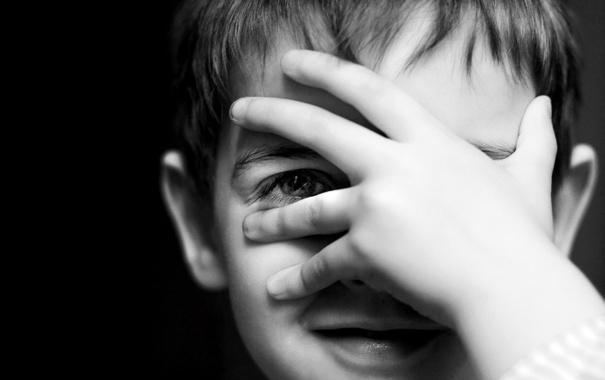 Фото обои глаз, улыбка, ребенок, рука, мальчик, черно-белое