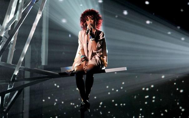 Фото обои высота, Rihanna, Риана, сидит, поет, выступление
