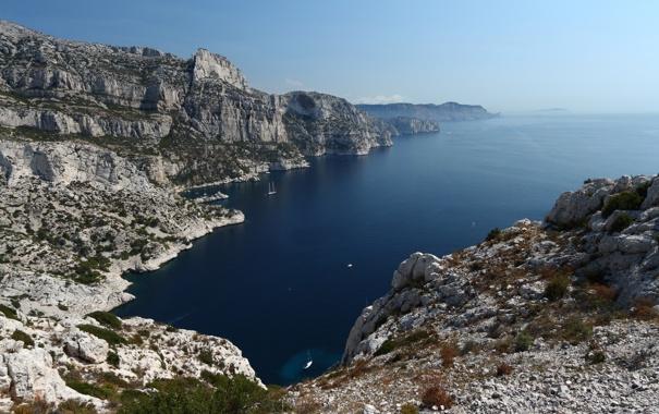 Фото обои небо, скала, камни, корабли, яхты, кусты, средиземное море