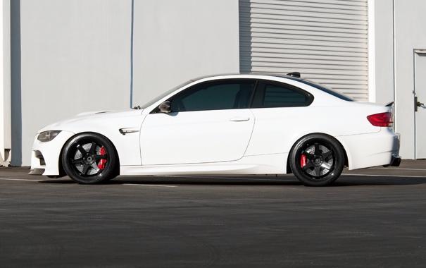 Фото обои белый, чёрные, bmw, бмв, профиль, wheels, диски